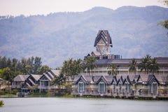 Il lusso alloggia il villaggio del cottage sulla riva del lago Fotografia Stock