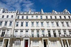 Il lusso bianco alloggia le facciate a Londra Fotografia Stock