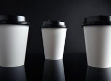 Il lusso bianco porta via nero messo delle tazze di carta rispecchiato Immagine Stock Libera da Diritti