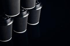 Il lusso nero porta via le tazze di carta messe rispecchiate Immagine Stock