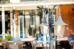 Il lustro d'annata della lanterna della lampada di via vicino al restaur all'aperto Fotografia Stock Libera da Diritti