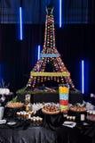 Il maccherone francese agglutina sulla forma della torre Eiffel Fotografie Stock Libere da Diritti