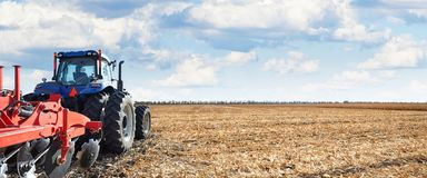 Il macchinario agricolo funziona nel campo Immagini Stock Libere da Diritti