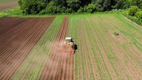 Il macchinario agricolo nel giacimento della patata coltiva la terra stock footage