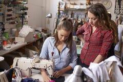 Il macchinista di addestramento del collega all'vestiti progetta lo studio fotografia stock libera da diritti