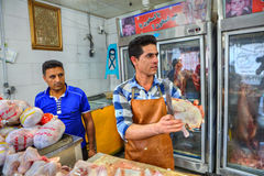 Il macellaio iraniano taglia la carne di pollo delle parti, Bandar Abbas, Hormoz Immagini Stock Libere da Diritti