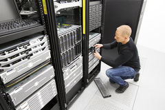 Il machinent remplacent l'unité de disque dur dans le datacenter Photographie stock libre de droits