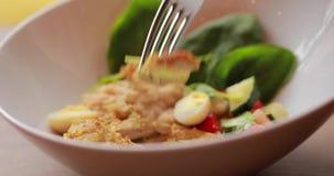 Il macro video del cibo del pranzo, prende un pezzo di pollo in una forcella stock footage