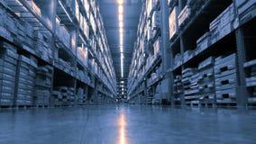 Il magazzino enorme del prodotto con gli scaffali alti ed i lotti delle scatole impilano sopra a vicenda e luci principali lumino immagini stock libere da diritti