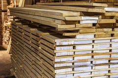Il magazzino ha imballato con varietà di legname per costruzione ed il rappresentante Fotografie Stock Libere da Diritti