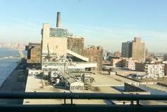 Il magazzino o il cantiere navale urbano, assomiglia ad un film del supereroe immagine stock libera da diritti