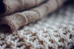 Il maglione beige della lana ed il saltatore bianco grandi tricottano immagine stock libera da diritti