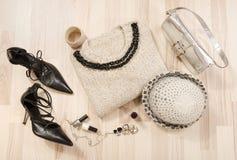 Il maglione e gli accessori dell'inverno hanno sistemato sul pavimento Fotografie Stock Libere da Diritti