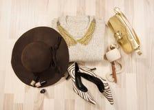 Il maglione e gli accessori dell'inverno hanno sistemato sul pavimento Fotografia Stock