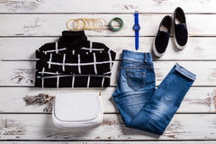 Il maglione a quadretti ed i jeans di signora Fotografie Stock