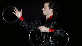 Il mago manipola i cerchi del ferro sui precedenti neri video d archivio