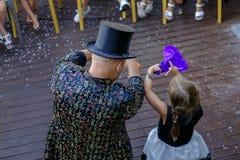 Il mago mostra alla ragazza il segreto del fuoco 1 Fotografie Stock Libere da Diritti