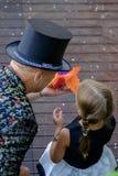 Il mago mostra alla ragazza il segreto del fuoco 2 Immagini Stock Libere da Diritti