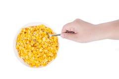 Il mais in ciotola bianca pronta per mangia con la mano ed il cucchiaio Fotografia Stock