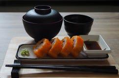 Il maki della California arriva a fiumi lo stile giapponese del piatto quadrato servito con la salsa ed il wasabi di shoyu Fotografia Stock