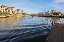 Il MALACCA, MALESIA - 7 novembre 2015 la barca di giro di crociera naviga sul fiume del Malacca nel Malacca Immagini Stock