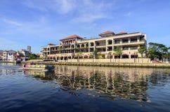Il MALACCA, MALESIA - 7 novembre 2015 la barca di giro di crociera naviga sul fiume del Malacca nel Malacca Immagine Stock