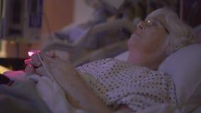 Il malato di cancro depresso si siede nella stanza scura archivi video