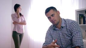 Il malinteso della famiglia, coniuge deludente dopo il litigio con la moglie che si siede a casa piegare passa vicino al fronte e archivi video