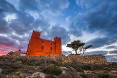 il, Malta - St Agatha ` s rewolucjonistki wierza przy błękitną godziną z drzewnymi i pięknymi chmurami Fotografia Royalty Free