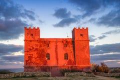 il, Malta - St Agatha ` s rewolucjonistki wierza przy błękitną godziną z pięknym chodzeniem chmurnieje Zdjęcia Stock