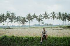 Il Man gode delle sue vacanze estive in isola tropicale fotografie stock libere da diritti