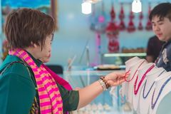 Il Mandalay-Myanmar, il 20 gennaio 2019: I turisti non identificati scelgono di comprare i gioielli dalle pietre preziose al nego fotografia stock