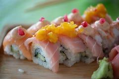 Il mango luminoso e Pommagranite hanno riguardato il rotolo di sushi tailandese immagine stock