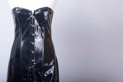 8a588c13ba2b Il manichino dei sarti si è vestito in un vestito nero dal corsetto del PVC  immagine