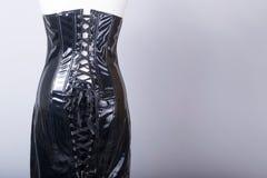 2da9eb478a1d Il manichino dei sarti si è vestito in un vestito nero dal corsetto del PVC  immagini