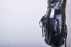 Il manichino dei sarti si è vestito in un vestito nero dal corsetto del PVC fotografie stock