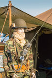 Il manichino si è vestito nella parte anteriore militare di una tenda Fotografia Stock