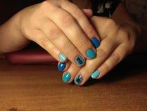 Il manicure eccellentemente ha reso al suo lavoro un bello manicure con un gel polacco sulle sue mani ed il cliente è felice Fotografie Stock Libere da Diritti