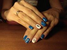 Il manicure eccellentemente ha reso al suo lavoro un bello manicure con un gel polacco sulle sue mani ed il cliente è felice Immagine Stock