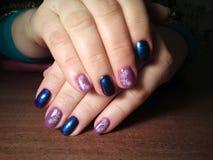 Il manicure eccellentemente ha reso al suo lavoro un bello manicure con un gel polacco sulle sue mani ed il cliente è felice Fotografia Stock Libera da Diritti