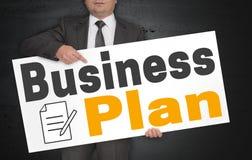 Il manifesto del business plan è tenuto dall'uomo d'affari immagini stock libere da diritti