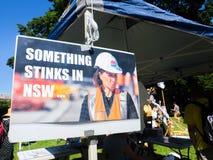 Il manifesto del capo del partito liberale, è Gladys Berejiklian, dal dimostrante per il risparmio NSW, ferma il suo progetto fotografia stock libera da diritti