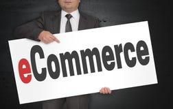 Il manifesto di commercio elettronico è tenuto dall'uomo d'affari Immagine Stock