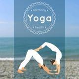 Il manifesto di yoga con le coppie dell'uomo e la donna nell'yoga posano illustrazione di stock