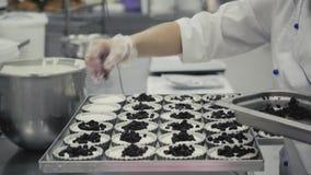 Il manuale agglutina la produzione sulla fabbrica per il ristorante ed il caffè, femmina bekary del panettiere stock footage