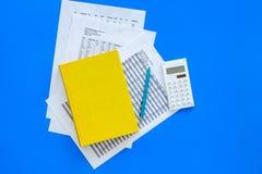 Il manuale di per la matematica o lo strato vicino d'istruzione con i numeri, i countes ed il calcolatore sulla vista superiore d Fotografia Stock Libera da Diritti