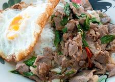 Il manzo ed il basilico fritti piccanti vanno con l'uovo fritto Fotografia Stock Libera da Diritti