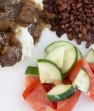 Il manzo fornisce di punta il sugo, l'insalata ed i piselli immagini stock libere da diritti