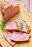 Il manzo fritto con le spezie ha tagliato sui piatti con i verdi fotografie stock libere da diritti