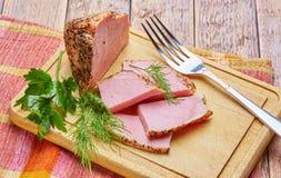Il manzo fritto con le spezie ha tagliato sui piatti con i verdi fotografie stock